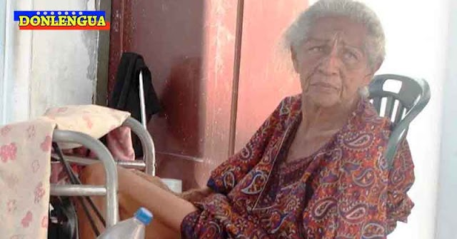 Señora inválida vive en el suelo esperando atención frente al Hospital General del Sur en el Zulia