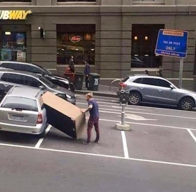 Möbel Einkaufen lustig - Sofa in zu kleines Auto packen