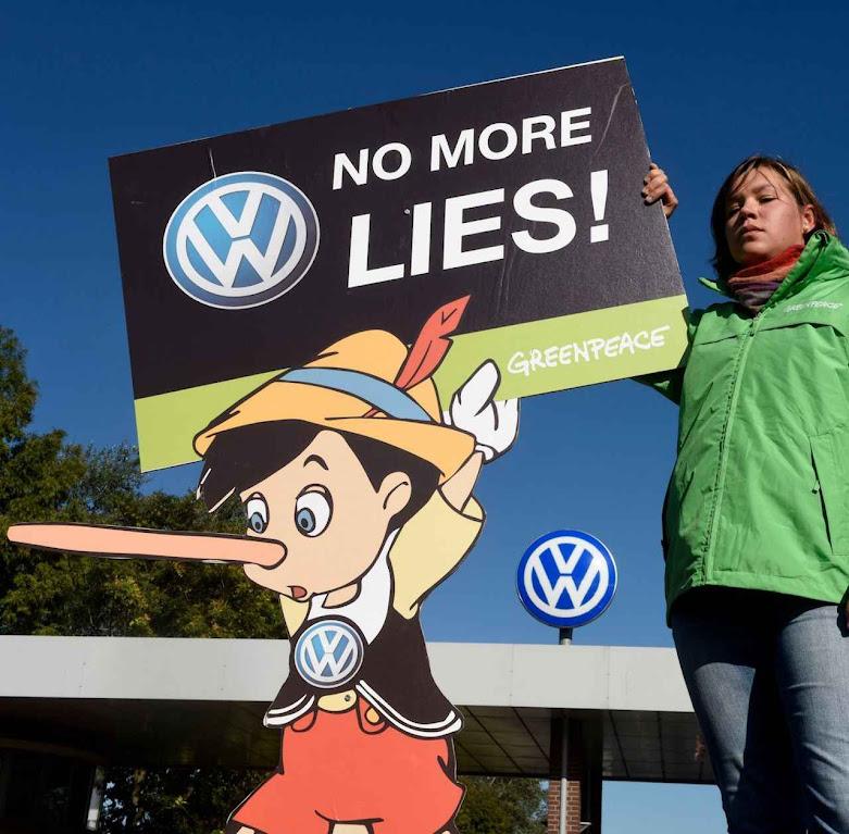 Ativistas de Greenpeace protestam frente à fábrica de Volkswagen em Wolfsburg. A verdade é que a própria União Europeia estava envolvida na fraude.