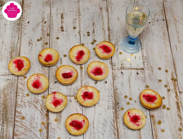 Mini-cheesecakes cuits à la vanille et aux framboises: