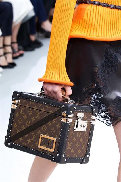 4a4c3d2b88133 Çantalar da kendi içlerinde çantalar ve sanat eseri çantalar olarak ikiye  ayrılıyor. Şimdi sizleri bu eserlerle baş başa bırakıyorum: