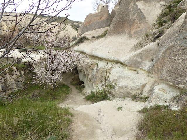passaggi scavati nelle rocce nella red valley