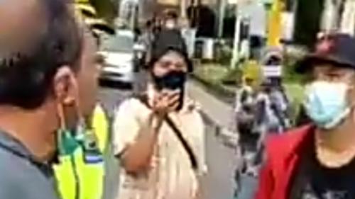 Demo Mahasiswa Halangi Pengguna Jalan Lewat, Warga Emosi: Anjing Kalian