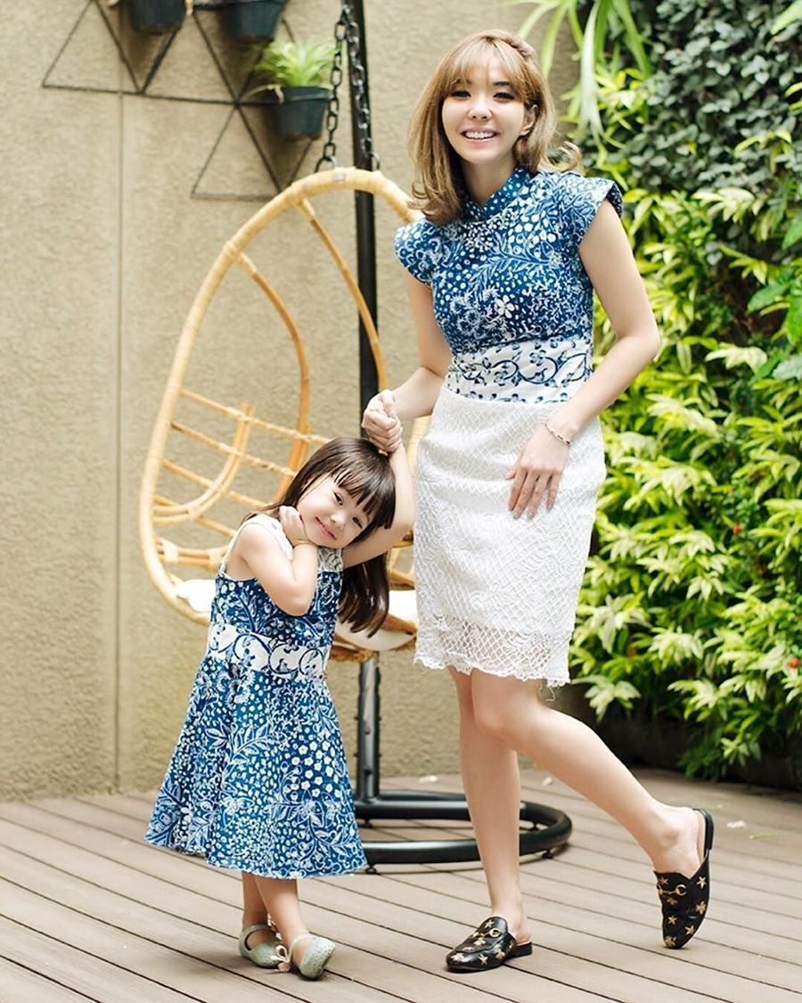 Gisella Anastasia artis cantik pakai Batik modern warna biru