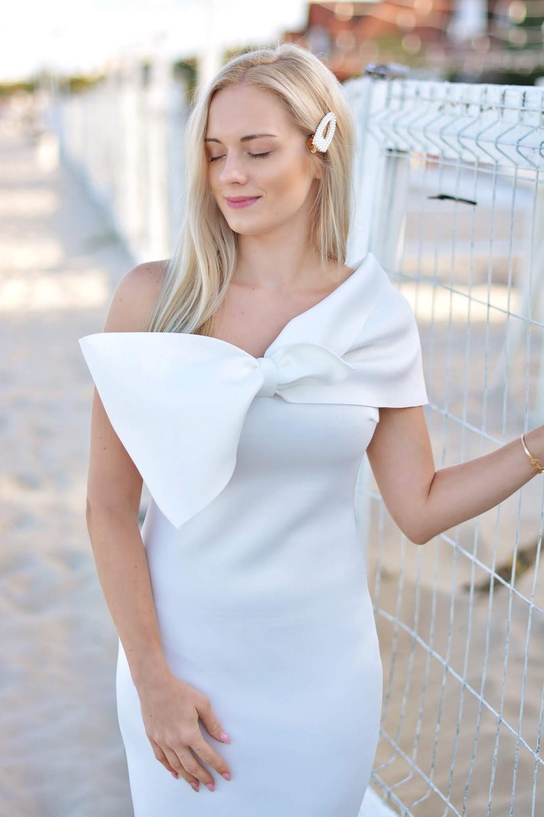 białą sukienka stylizacja