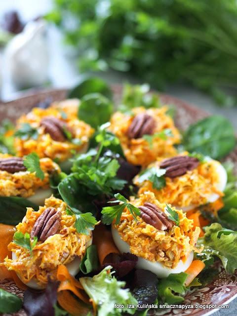 jajka z marchewką i orzechami pekan , jajka faszerowane , jaja wielkanocne , wielkanoc , śniadanie , nadzienie , marchewka , jaja na sałacie , kuchnia polska , domowe jedzenie