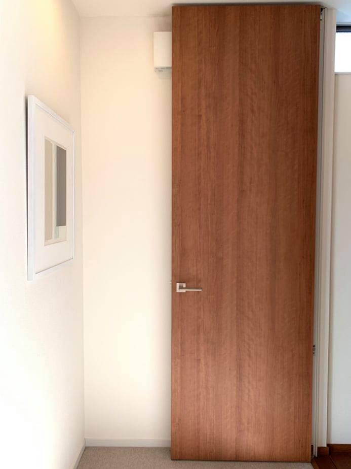 櫻桃木 是歐美國家愛用的傢俱及建材經典裝潢材料,細緻平滑的木紋理及帶有波浪狀的水影特質,讓這扇門看起來更加活潑有生氣!