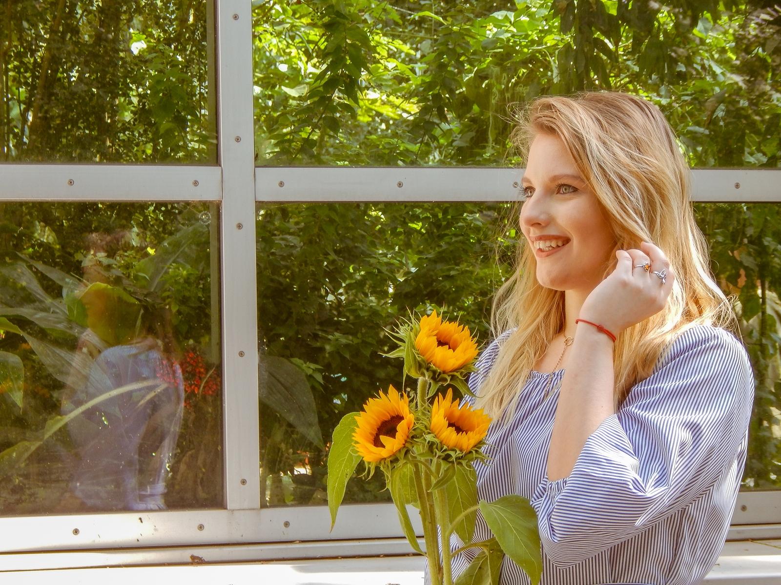1 stylizacja polskie modowe blogi blogerki z łodzi fashion influencer sukienka w pionowe paski wakacyjna sesja foto melodylaniella słoneczniki szara sukienka w paski opinie o zaful