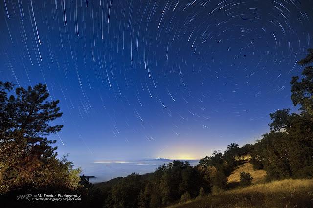 Bầu trời đêm trên đỉnh núi ở bờ biển Thái Bình Dương. Tác giả : Meggie Raeder.