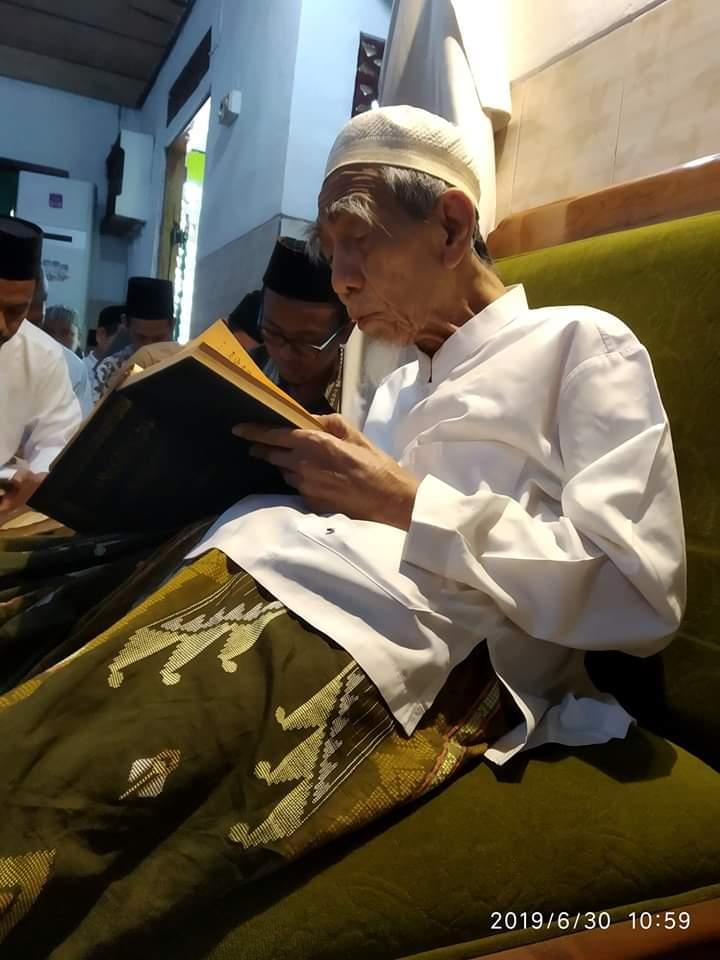 Ditulis Sambil Nangis, Ini Kesaksian Menakjubkan Santri Soal Hari Wafatnya Mbah Moen
