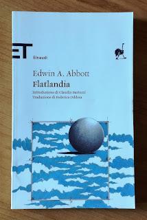 Flatlandia Edwin Abbott recensione felice con un libro