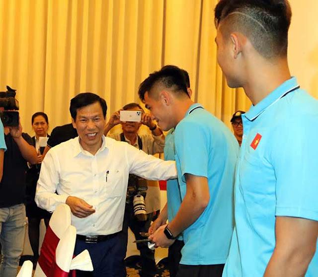 Thầy trò HLV Park Hang Seo nhận lì xì trước ngày đi tranh tài U23 châu Á 5