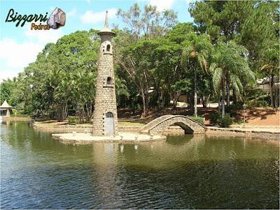 Pedra paralelepípedo para construção de torre de pedra na ilha do lago.