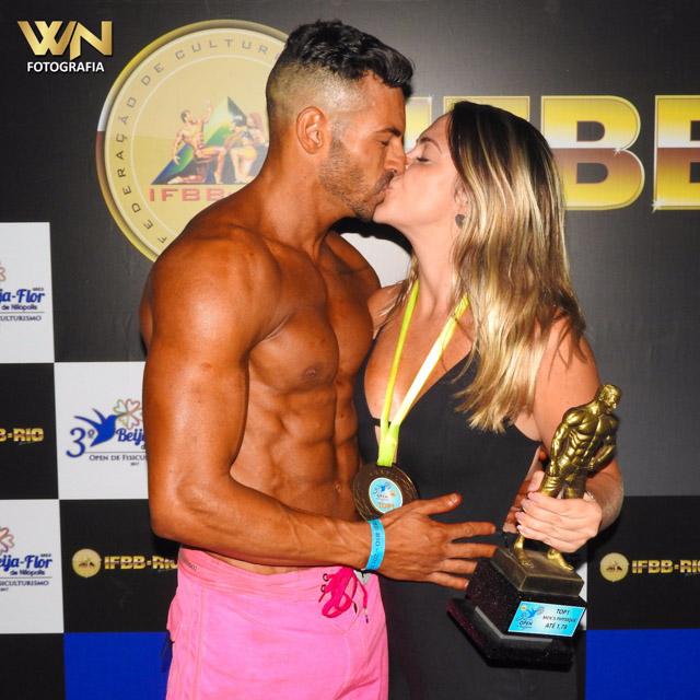 Breno Neves comemora a vitória com um beijo na namorada Erika Schulz. Foto: William Netto