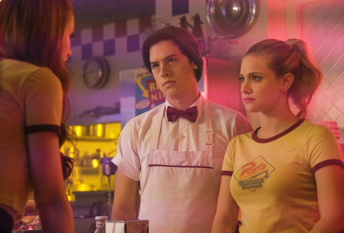 Cole Sprouse y Lili Reinhart en Riverdale de CW