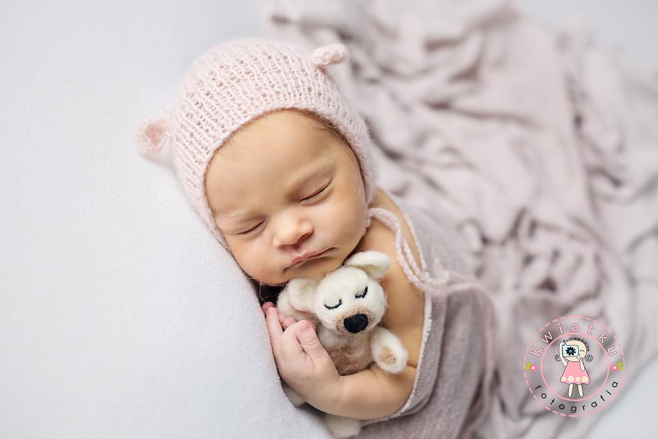 Dziecko śpi przytulone do misia