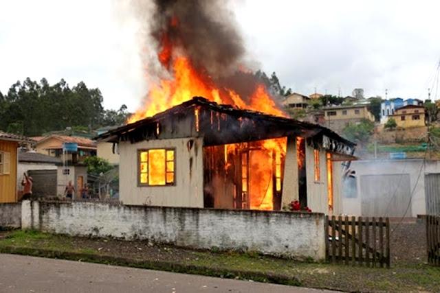 Mulheres são presas acusadas de incendiar residência de casal