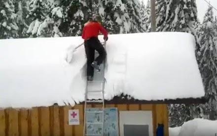 Το πιο γρήγορο καθάρισμα σκεπής από χιόνι (video)