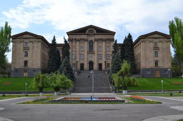 Modifican ley de servicio diplomático de Armenia