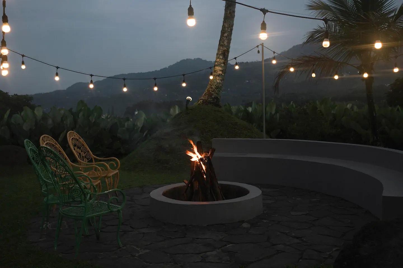 villa di cisarua puncak ada api unggun