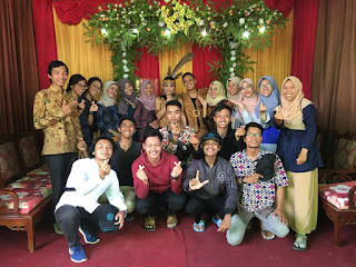 Tim KKN Lentera Borneo saat Menghadiri Pernikahan Adat Suku Dayak