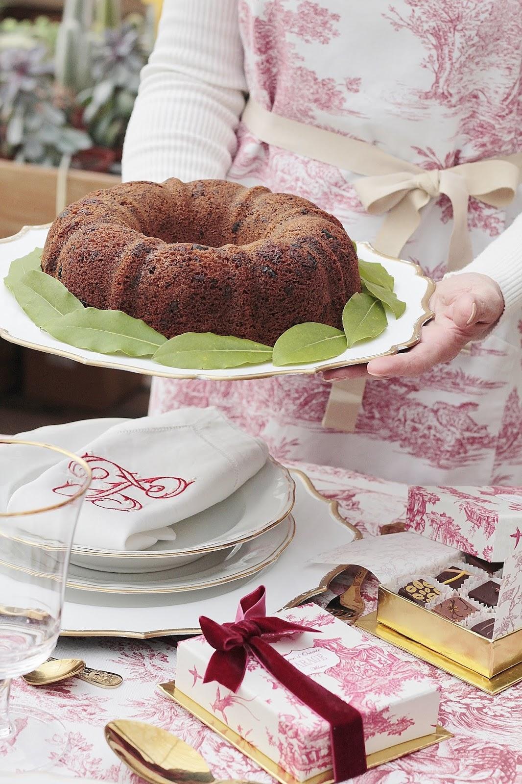 torta con cioccolato mirtilli rossi bacche di goji e glassa al cioccolato
