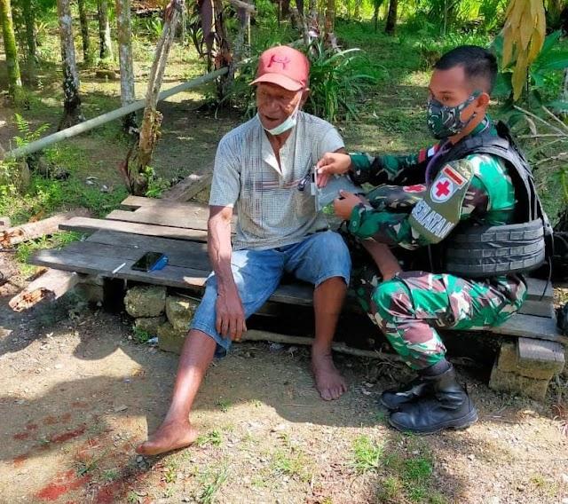 Berikan Pelayan Kesehatan Keliling, Satgas Yonif 512/QY Imbau Warga Patuhi Prokes