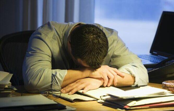 Hombre cansado para su familia