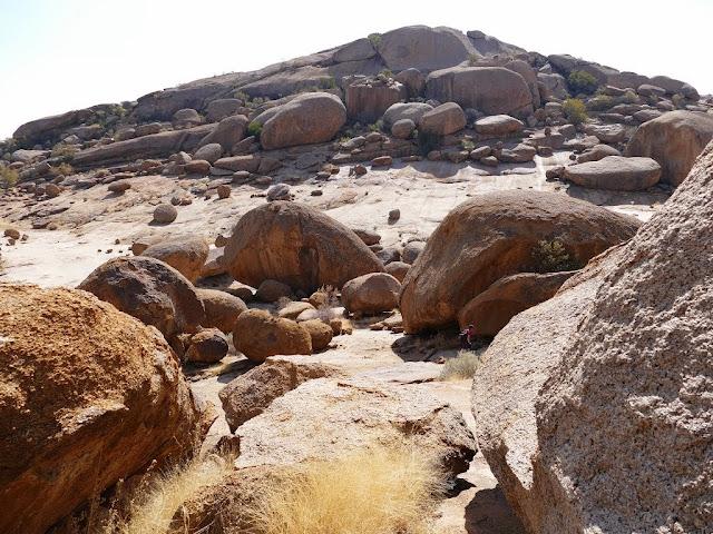 Таинственные геоглифы Намибии часть 3  Сетчатые поля Продолжение исследования распознанных открытых недавно геоглифов в Намибии, Южная часть Африки. В первой части показаны круги, вырезанные в скалах. Во второй части показаны невероятно сложные спирали и кольцевые геоглифы. В третьей части показаны геоглифы, которые встречаются вместе со спиральными пиктограммами. Геоглифы грандиозного масштаба, имеют форму непрерывных сетчатых пиктограмм на площади в сотни гектар. Респу́блика Нами́бия английский Republic of Namibia  до 1968 — Юго-За́падная А́фрика государство в Южной Африке.  На севере граничит с Анголой и Замбией, на востоке — с Ботсваной, на юго-востоке и юге — с ЮАР. С запада омывается водами Атлантического океана. Площадь — 824,3 тыс. км². Население — 2 358 163 чел. Столица — город Виндхук. Управление страной осуществляет президент, избираемый на 5 лет, и двухпалатный парламент.
