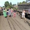 Larang Truk Batu Bara Melintas, Emak Emak Mandiangin Blokade Jalinsum