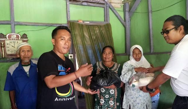 IWL membagikan paket sembako kepada janda miskin
