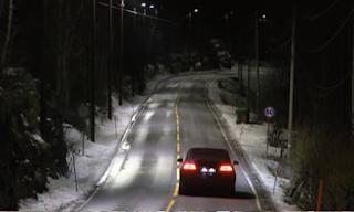 Περνάει το αμάξι και ξαφνικά τα φώτα ανάβουν το ένα μετά το άλλο! Δείτε το βίντεο!