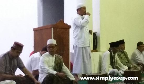 NOTA LAPORAN : Ketua pembangunan Masjid Babusalam Duta Bandara Kubu Raya, Ir H Rudyanto Putro, saat memberikan pemaparan tentang perkembangan terakhir Masjid Babusalam Duta Bandara kepada jamaah. Foto Asep Haryono