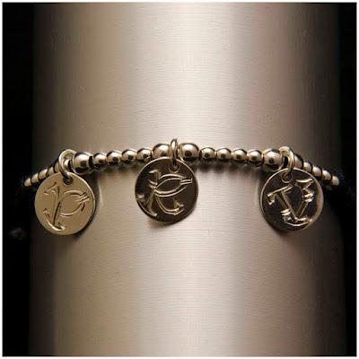 Pulsera de monedas de plata con inicial grabada. Joyería Artesanal Personalizada. Regalo Día de la Madre