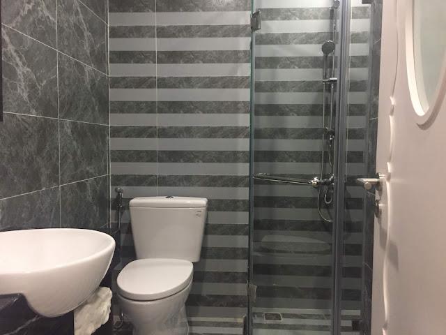 Nhà vệ sinh được trang bị đầy đủ thiết bị cả sen tắm đứng và sen vòi căn 2PN chung cư Eco city Việt hưng