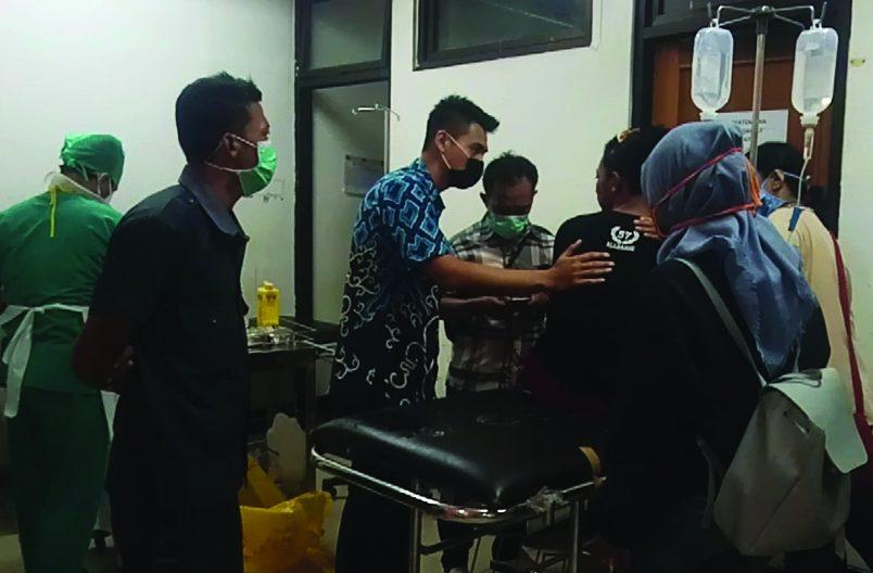Baru juga beberapa hari masuk sekolah, sejumlah siswa baru dua SMK swasta di Karawang malah terlibat tawuran,Satu di antara puluhan siswa yang terlibat tawuran, jari manis hingga pangkal jempol tangan kirinya terputus akibat sabetan cerulit