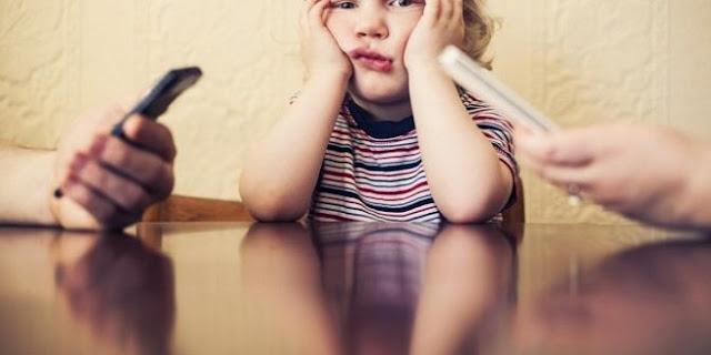 Jauhi Main HP Saat Bermain Bersama Anak! Jika Tidak, Ini Bahayanya