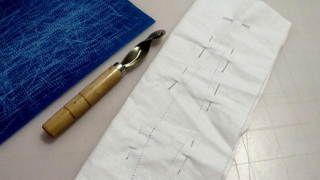 Pinza marcada con papel de calco sobre la tela