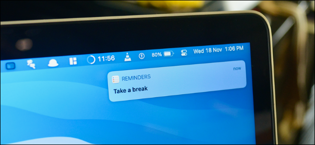 مستخدم Mac يتفاعل مع إشعار