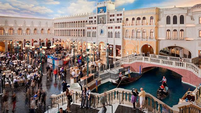 Trung tâm mua sắm Shoppes tại khách sạn Palazzo nổi tiếng khắp thế giới với sự sang trọng và độc đáo trong cách bài trí. Tại đây, du khách có cảm giác như đang đi dạo tại Venice – một trong những thành phố nổi tiếng nhất của Italy. So với những trung tâm mua sắm xa xỉ khác, Shoppes có diện tích khá nhỏ.
