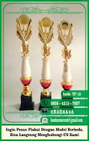 gambar toga wisuda, grafir marmer, hadiah wisuda graduation award