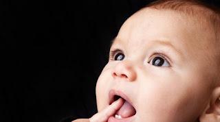 Ini Gejala yang sering Timbul Saat Bayi Tumbuh Gigi
