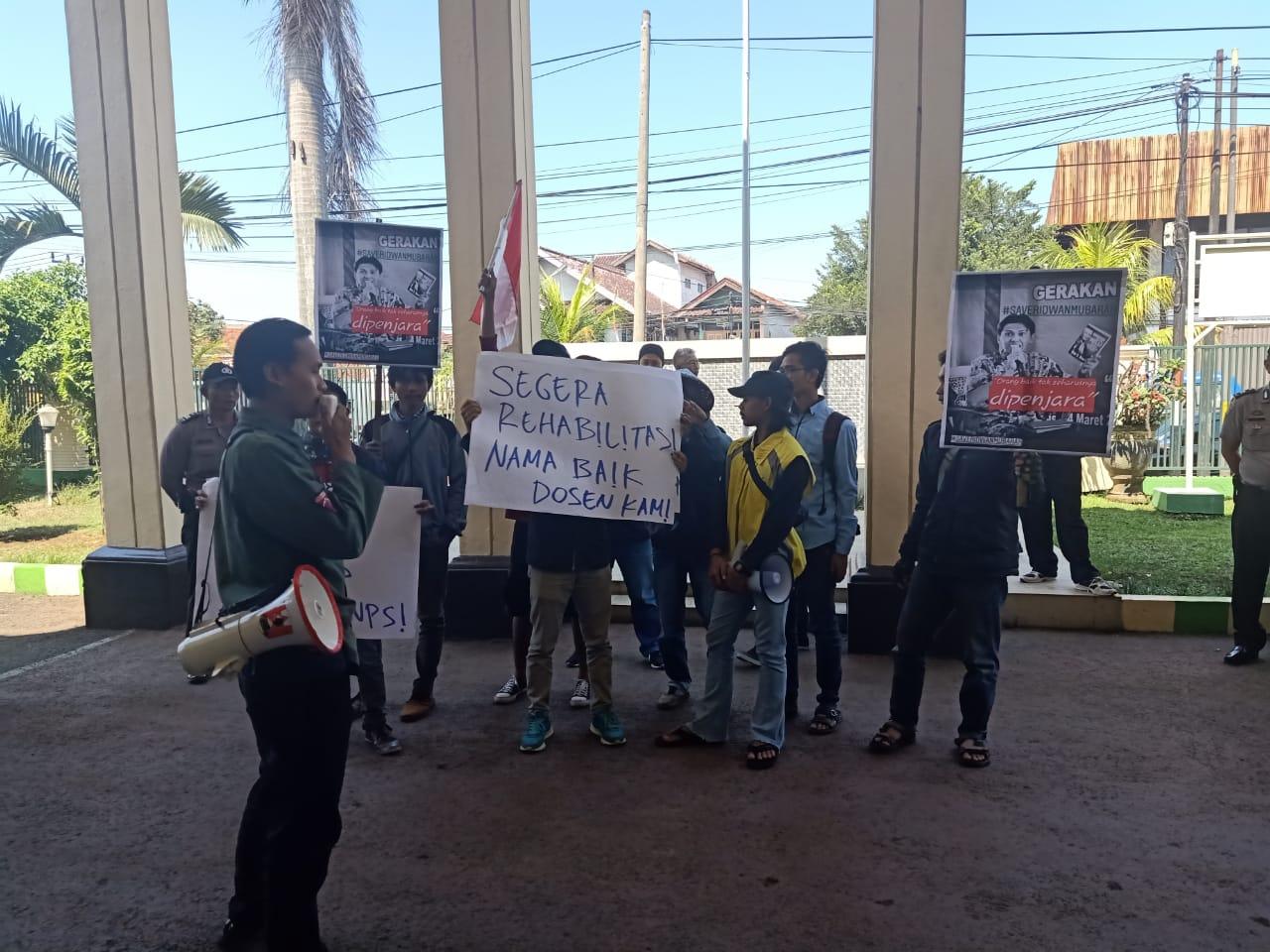 Perdana Sidang Dakwaan Aktivis Ridwan Mubarok : Mahasiswa Aksi  di pengadilan Negeri CianjurTuntut RM di Bebaskan