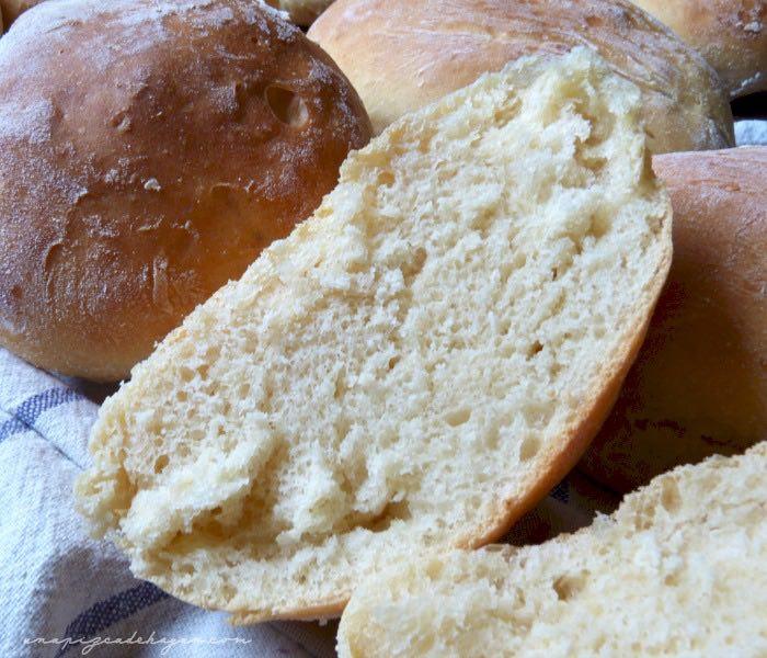 pan casero miga de pan a la vista. Cortar pan