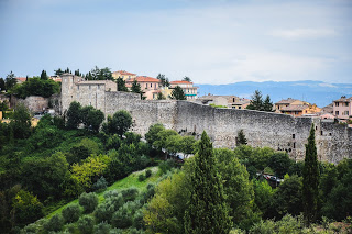 The walled Etruscan city of Perugia enjoys a spectacular setting in the hills of Umbria