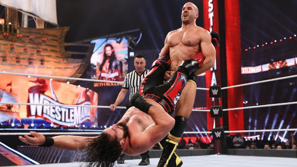 Cesaro supera Seth Rollins em luta histórica