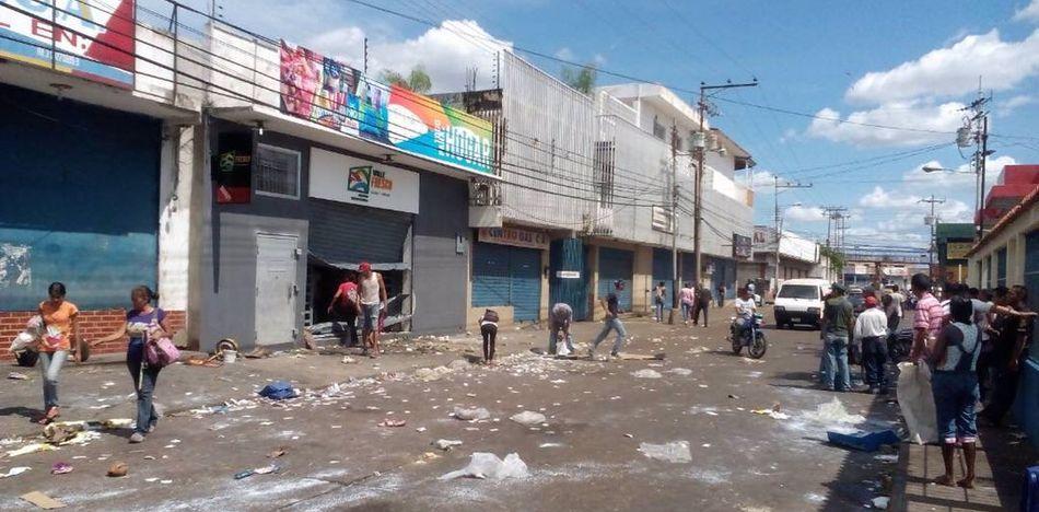 Las calles de comercio con almacenes vacíos y gente buscando en la basura / TWITTER