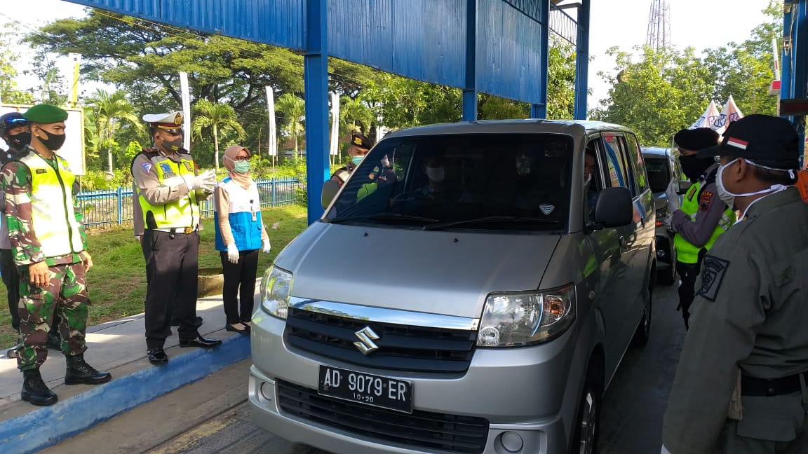 Demi Cegah Corona, Sebuah Mobil Dipaksa Putar Balik Saat Melintasi Pos Nambangan