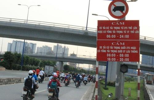 Biến báo cấm xe tải hoạt động theo giờ tại Hà Nội
