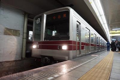 日比谷線六本木駅停車中の20050系